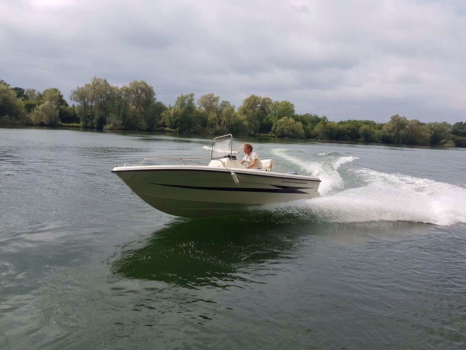 Fast open sports fishing boat skiiing wakeboarding hydra for Fast fishing boats